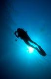 Silhueta do mergulhador com disco do sol atrás Imagem de Stock