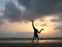 Silhueta do miúdo na praia Fotografia de Stock