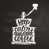 A silhueta do moedor de café do vintage com rotulação mantém a calma e bebe o café na placa de giz Foto de Stock Royalty Free