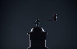 Silhueta do moinho de café em um fundo escuro Fotos de Stock Royalty Free