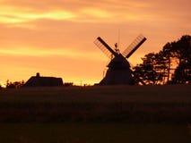 Silhueta do moinho de vento no tempo do por do sol Imagens de Stock Royalty Free