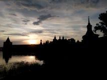 Silhueta do monastério, lago, céu, por do sol Imagem de Stock Royalty Free
