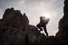 Silhueta do montanhista e do alpinista da mulher Foto de Stock Royalty Free