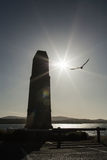 Silhueta do monumento, pássaro e o sol Imagens de Stock Royalty Free