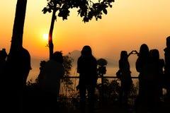 Silhueta do nascer do sol com manhã dos turistas Imagem de Stock Royalty Free
