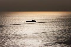 Silhueta do navio de carga foto de stock