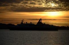 Silhueta do navio de cruzeiros imagem de stock