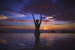 Silhueta do oceano do por do sol imagens de stock