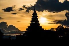 A silhueta do pagode de Wat Huay Pla Kang, Chiangrai foto de stock royalty free
