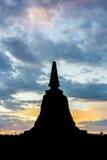 silhueta do pagode em Ayutthaya com céu colorido Fotos de Stock Royalty Free