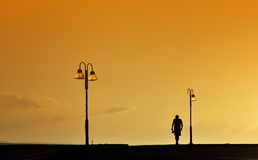 Silhueta do passeio do homem Foto de Stock Royalty Free