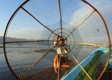 Silhueta do pescador com rede no lago Inle Fotografia de Stock Royalty Free