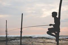 Silhueta do pescador tradicional do pernas de pau em Sri Lanka Fotografia de Stock Royalty Free