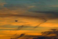 A silhueta do plano no céu da noite Imagem de Stock Royalty Free