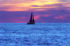 Silhueta do por do sol do veleiro Foto de Stock Royalty Free