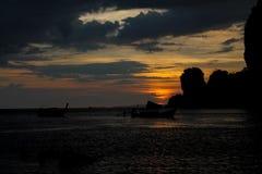 Silhueta do por do sol do barco de pesca na baía do mar em Tailândia Fotografia de Stock Royalty Free