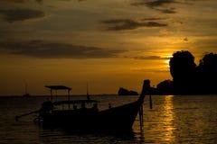 Silhueta do por do sol do barco na baía de Railey do mar em Tailândia Fotos de Stock