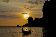 Silhueta do por do sol do barco na baía de Railey do mar em Tailândia Imagem de Stock
