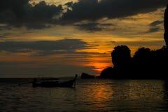 Silhueta do por do sol da ilha na baía de Railey do mar em Tailândia Fotos de Stock
