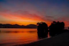 Silhueta do por do sol da ilha na baía de Railey do mar em Tailândia Imagens de Stock