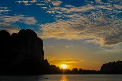 Silhueta do por do sol da ilha do penhasco na baía de Railey do mar em Tailândia Fotografia de Stock Royalty Free