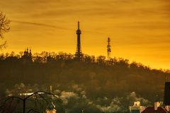 Silhueta do por do sol da torre do monte de Petrin fotos de stock