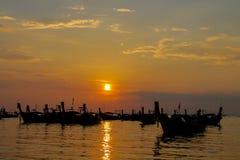 Silhueta do por do sol dos barcos na baía de Railey do mar em Tailândia Fotos de Stock Royalty Free