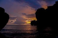 Silhueta do por do sol do penhasco na baía do pasto de Rai do mar em Tailândia Fotografia de Stock Royalty Free