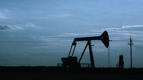 Silhueta do pumpjack do óleo no por do sol Movimento das bombas de pistão, timelapse vídeos de arquivo