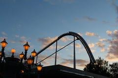 Silhueta do roller coaster no céu azul no alvorecer fotografia de stock royalty free