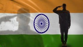 Silhueta do soldado índio que sauda contra a bandeira nacional, exército profissional video estoque
