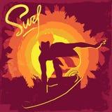 Silhueta do surfista de um fundo roxo Fotos de Stock