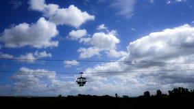 Silhueta do teleférico alta acima nas montanhas Foto de Stock Royalty Free