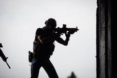 Silhueta do terrorista com espingarda de assalto foto de stock royalty free