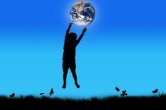 Silhueta do toque de salto feliz do menino a terra Fotografia de Stock Royalty Free