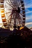 Silhueta do transporte do cavalo e da roda de Ferris no por do sol ` S April Fair de Sevilha foto de stock royalty free