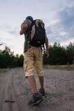 Silhueta do turista e de uma paisagem bonita Imagens de Stock Royalty Free