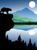 Silhueta do urso com fundo da paisagem Fotografia de Stock