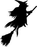 Silhueta do vôo da bruxa na vassoura Imagens de Stock Royalty Free