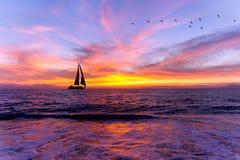 Silhueta do veleiro do por do sol do oceano Imagem de Stock Royalty Free