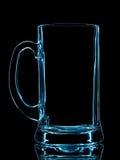 Silhueta do vidro de cerveja azul com o trajeto de grampeamento no fundo preto Fotos de Stock Royalty Free