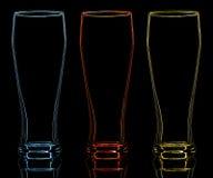 Silhueta do vidro de cerveja da cor no fundo preto Fotografia de Stock