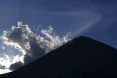 Silhueta do vulcão Foto de Stock Royalty Free