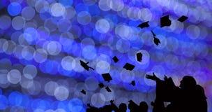 A silhueta dos alunos diplomados joga barretes na cerimônia do sucesso da graduação da universidade Felicitações no sucesso da ed imagem de stock royalty free