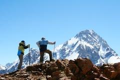 Silhueta dos Backpackers Fotos de Stock Royalty Free