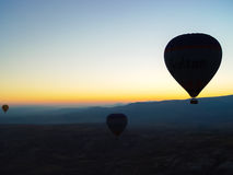 Silhueta dos balões de ar quente que voam sobre o vale de Cappadocia Imagem de Stock Royalty Free