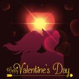A silhueta dos pares com um alargamento do coração e incandesce para o dia de Valentim, ilustração do vetor Fotos de Stock Royalty Free