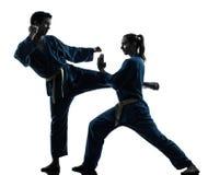 Silhueta dos pares da mulher do homem das artes marciais do vietvodao do karaté fotografia de stock royalty free