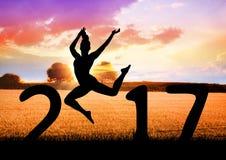 Silhueta dos povos de salto que formam o sinal 3D do ano 2017 novo Fotografia de Stock Royalty Free