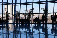 Silhueta dos povos em um centro de negócios Fotos de Stock Royalty Free